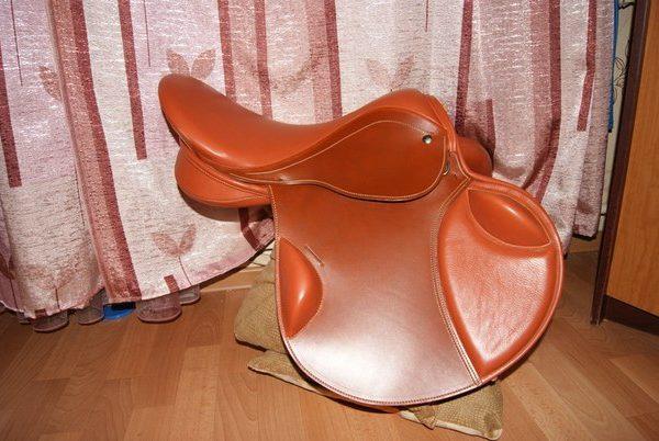 Троеборное седло с внешними упорами, итальянская рыжая кожа
